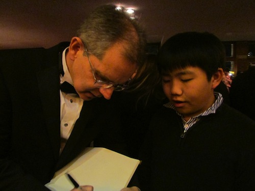 Perry Chen talking to Disney Frozen co-director Chris Buck at 2014 Annie Awards (photo by Zhu Shen)